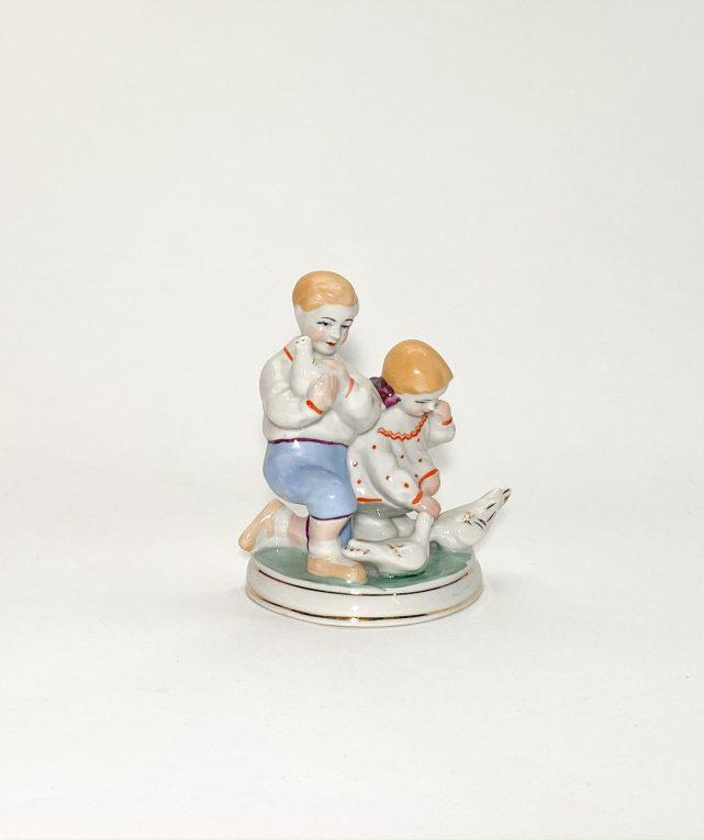 Фарфоровая статуэтка Дети кормят голубей CCCР Вид 2