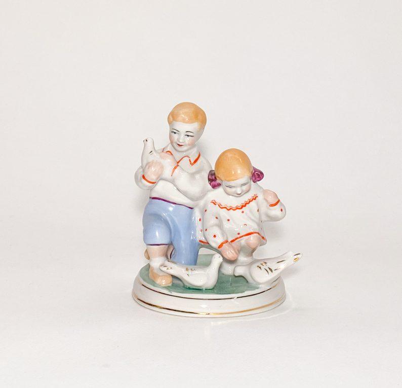 Фарфоровая статуэтка Дети кормят голубей CCCР