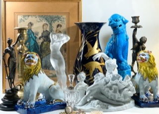 Антикварные статуэтки, ваза и картина