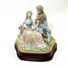 Фарфоровая статуэтка Влюбленные